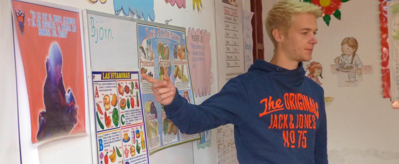 En unas prácticas para estudiantes de nutrición, un interno da una presentación sobre alimentación saludable.